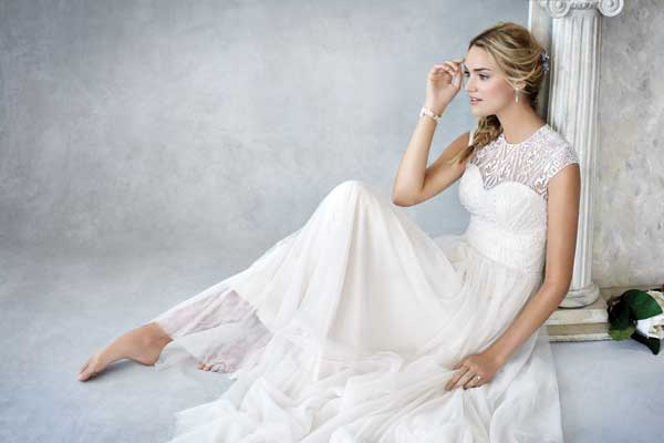 BE425_Sitting-Wedding-Dress